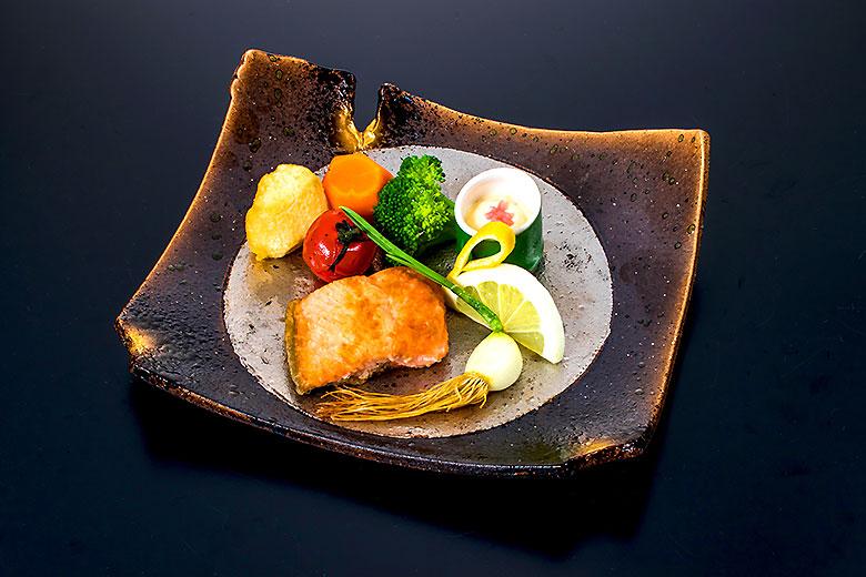 【強  肴】旬の秋鮭のソテー・しなべ胡瓜の和風タルタルソース